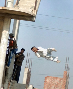 Actual photo of Krishna Pal jumping to his death.